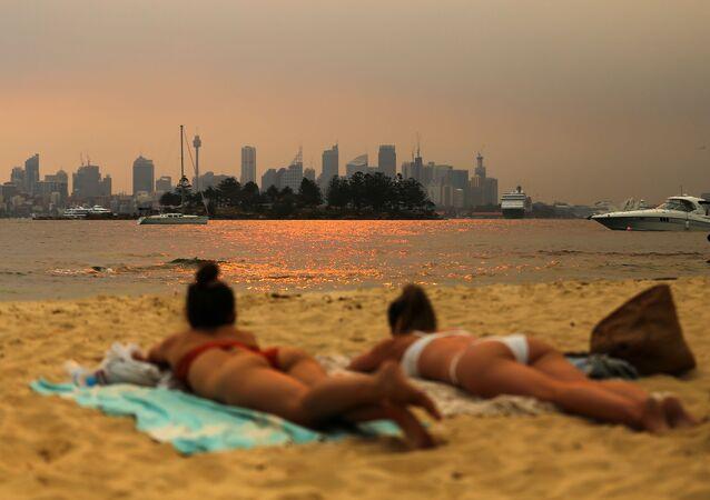 فتيات على شاطئ في سيدني، أستراليا في 8  ديسمبر 2019
