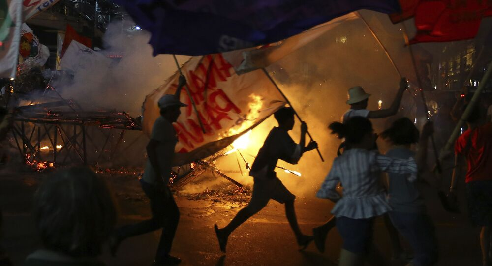 متظاهرون يحرقون صورة للرئيس الفلبيني رودريغو دوتيرتي خلال تجمع حاشد بالقرب من القصر الرئاسي في مانيلا، 10 ديسمبر 2019