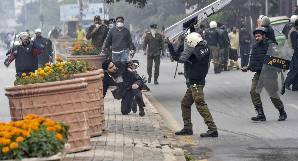 شرطي يهاجم محاميًا بعد اشتباكات بين محامين وأطباء في لاهور، باكستان 11 ديسمبر 2019