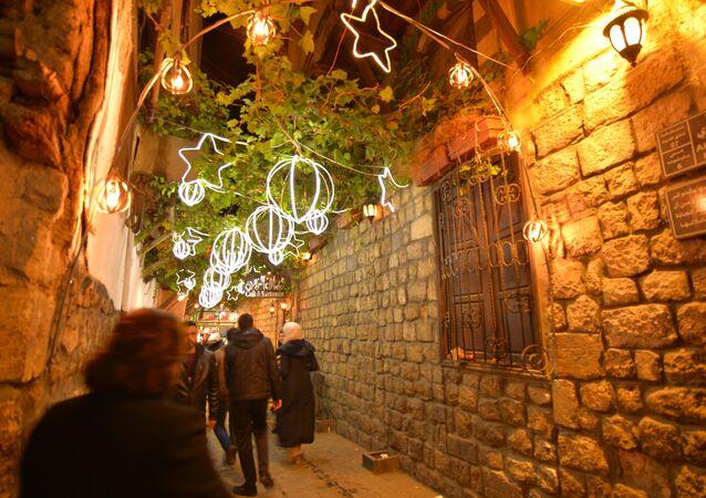 زينة أعياد الميلاد ورأس السنة في القيمرية بدمشق القديمة، سوريا