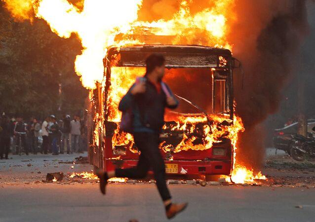 احتجاجات المواطنين ضد قانون الجنسية الجديد في نيودلهي، الهند 15ديسمبر 2019 ويصر رئيس الوزراء الهندي ناريندرا مودي على تنفيذ القانون الذي يمهد الطريق أمام منح الجنسية الهندية لأفراد من أقليات دينية من أفغانستان وبنجلادش وباكستان، وهي دول مجاورة مسلمة، يعيشون في الهند منذ قبل عام 2015.