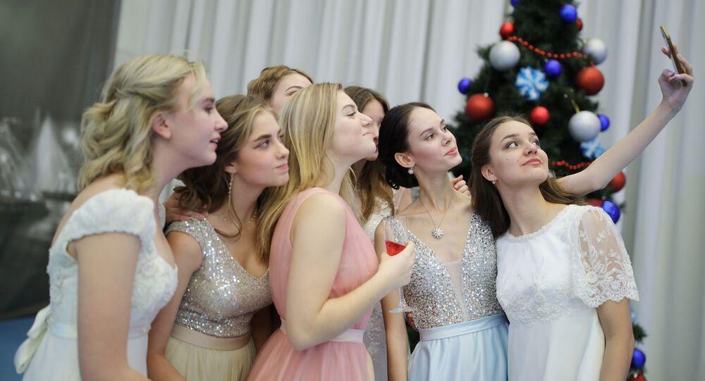 فتيات يلتقطن صورة سيلفي خلال حفل أقيم بمناسبة رأس السنة في معهد كراسنودار الرئاسي العسكري في كراسنودار الروسية، 14 ديسمبر 2019