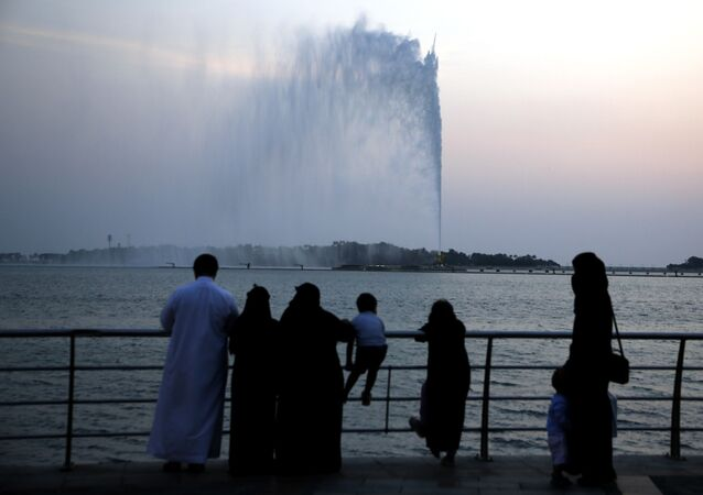 سعوديون يزورون شاطئ البحر الأحمر بالقرب من نافورة جدة التاريخية