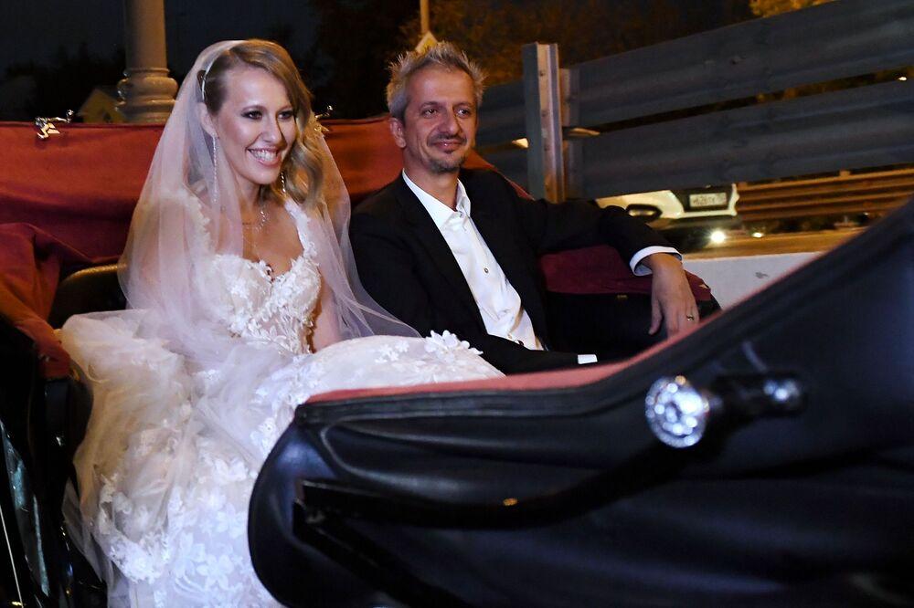 المخرج الروسي كونستانتين بوغومولوف ومقدمة البرامج التلفزيونية كسينيا سوبتشياك يتوجهاان للاحتفال بزفافهما في متحف موسكو