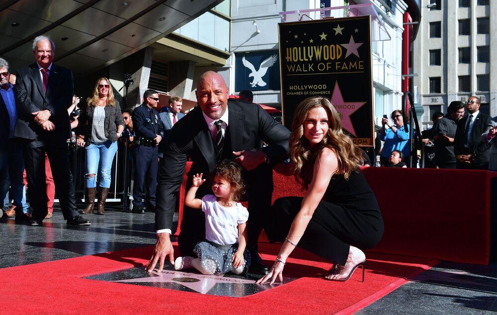 بعد حب دام لـ12 عاما، تزوج الممثل الأمريكي دوين جونسون صديقته لورين هاشيان.، وهما والدان لابنتين. واحتفلا بزفافهما في أغسطس من هذا العام في هاواي.