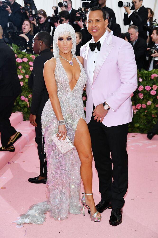 المغنية جينيفر لوبيز ولاعب كرة البيسبول أليكس رودريغيز على شاطئ ماليبو في سبتمبر هذا العام. وكانت قد أشارت مصادر إعلامية مختلفة أن تكلفة الزفاف وصلت إلى 17 ملبون دولار.