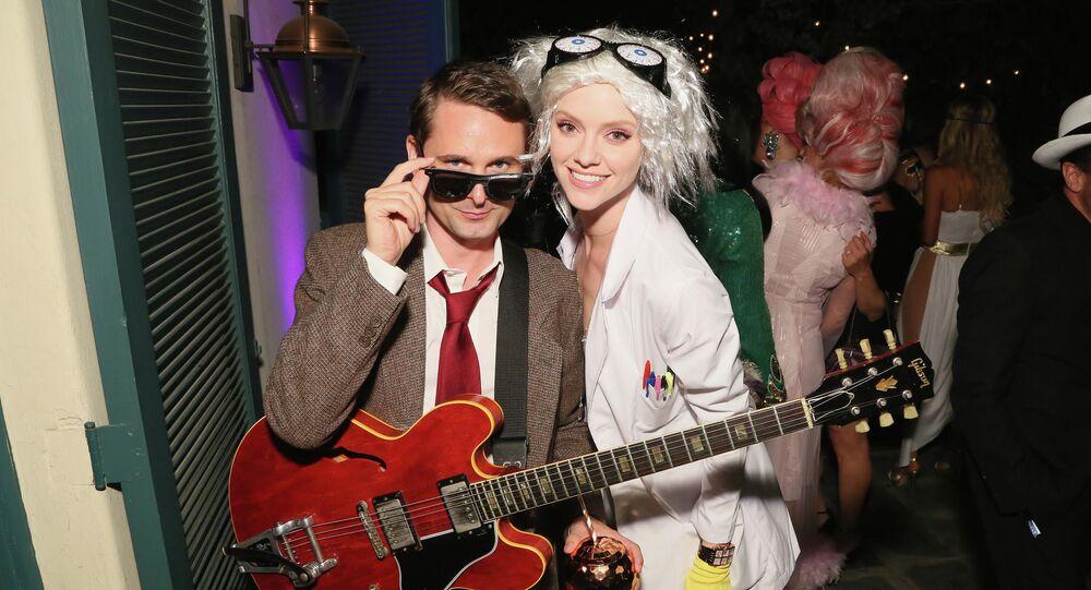 عازف غيتار البريطاني ماثيو بيلامي (41 عاما) وعارضة الأزياء الأمريكية إل إيفانس (29 عاما). بدأ الثنائي في المواعدة في عام 2015، وفي ديسمبر 2017 عرض عليها الزواج، وتزوجا في أغسطس هذا العام.