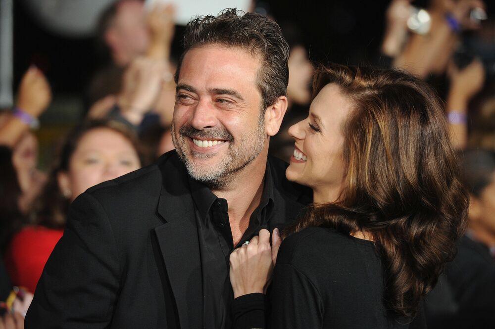 الممثل الأمريكي جيفري دين مورغان (53) والممثلة الأمريكية هيلاري بورتون (37 عاما) تزوجا في أكتوبر هذا العام. فقد فاجأوا جماهيرهم الذين اعتقدوا أنهم متزوجان منذ فترة طويلة - فهما والدان لطفلين: صبي وفتاة.