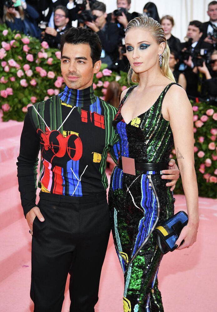المغني الأمريكي جو جوناس والممثلة الأمريكية صوفي تيرنر تزوجا سراً في لاس فيغاس في أوائل شهر مايو، وبعد شهرين ذهبا للاحتفال بزفافهما في شاتو دي تورو في باريس.