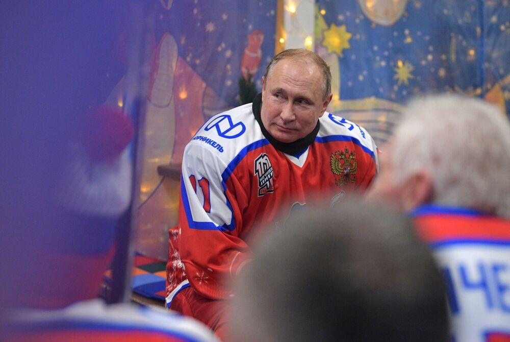 الرئيس الروسي فلاديمير بوتين يشارك في مباراة للهوكي مع وزير الدفاع سيرغي شويغو، إضافة إلى عدد من لاعبي الهوكي المشهورين، في الساحة الحمراء في موسكو 25 ديسمبر 2019