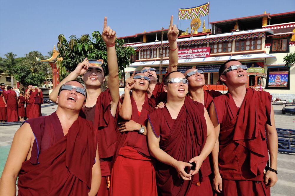 رهبان يراقبون كشوف الشمس في دير غادن، مستعمرة تيغينكوبا التابعة للتبت، الهند 26 ديسمبر 2019