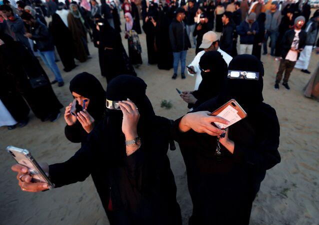 نساء يراقبن كسوف الشمس الحلقي النادر في الهفوف، في شرق مملكة السعودية العربية 26 ديسمبر 2019