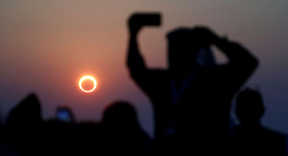 أشخاص يراقبون كسوف الشمس الحلقي النادر في الهفوف، في شرق مملكة السعودية العربية 26 ديسمبر 2019