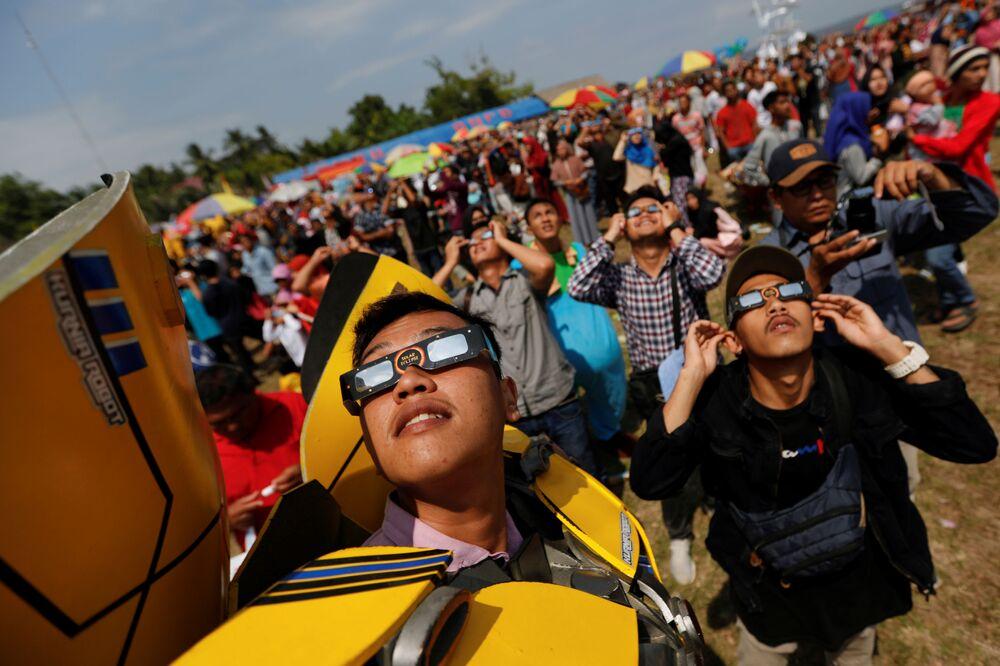 أشخاص يراقبون كسوف الشمس الحلقي النادر في سياك، إندونيسيا 26 ديسمبر 2019
