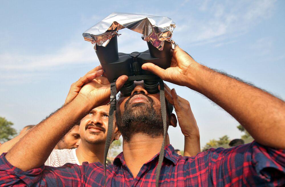 رجل يشاهد كسوف الشمس الحلقي في بلدة شيروفاتور في جنوب ولاية كيرالا، الهند 26 ديسمبر 2019