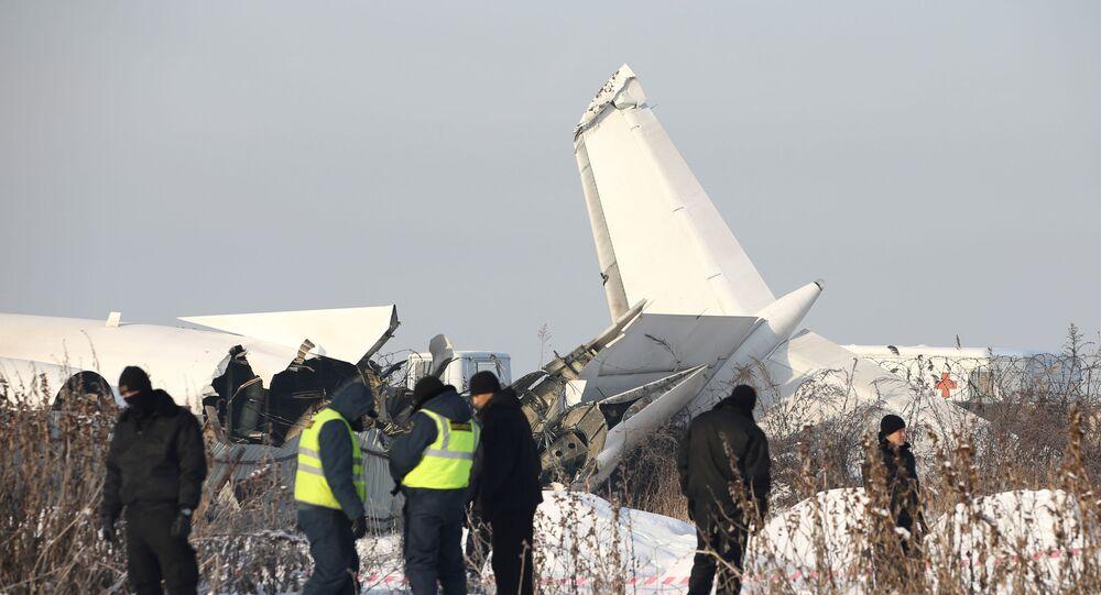 أفراد الطوارئ والأمن في موقع تحطم طائرة بالقرب من ألما آتا في كازاخستان