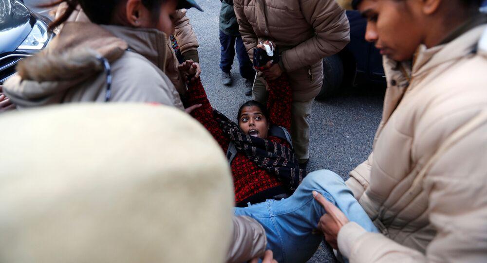 اعتقال متظاهرة من قبل الشرطة خارج ولاية آسام بهوان أثناء احتجاجات على قانون الجنسية الجديد، في نيودلهي، الهند، 23 ديسمبر / كانون الأول 2019.