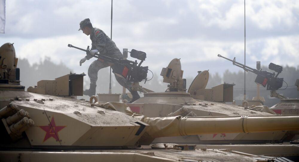 أفراد طاقم الجيش الصيني المشارك في سباق بياتلون الدبابات 2019 في حقل ألابينو، ضواحي موسكو، روسيا 30 يوليو 2019