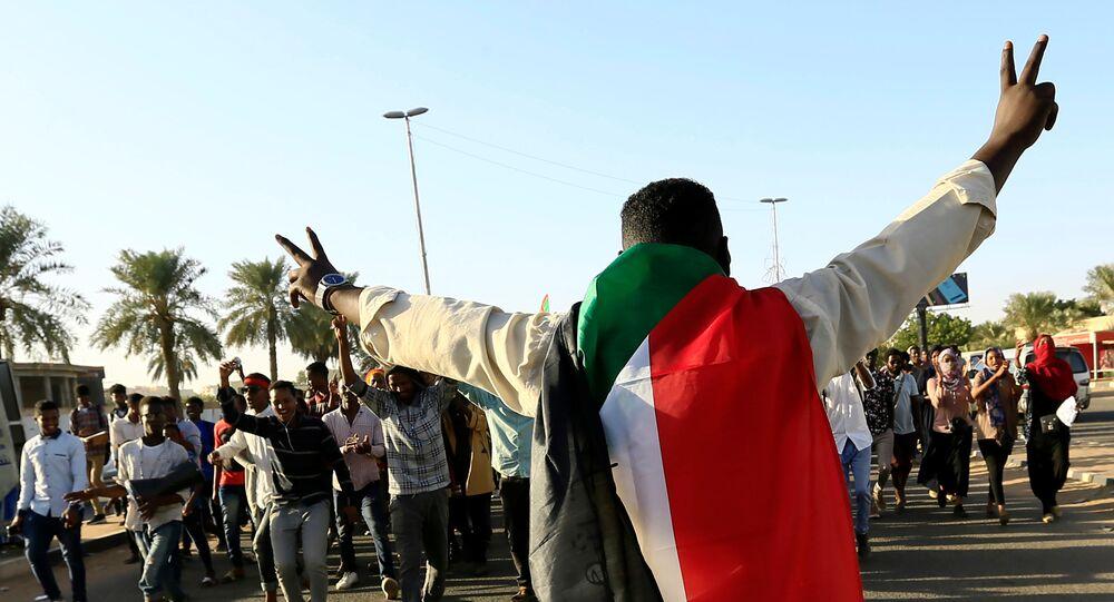 متظاهر سوداني يحتفل بالذكرى الأولى لثورة السودان