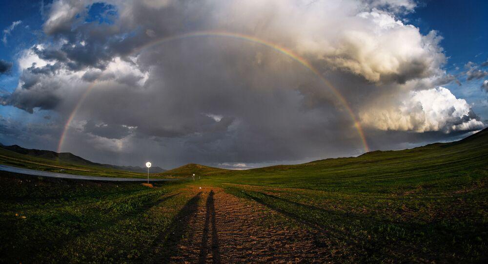 قوس قزح فوق إحدى المناطق المأهولة من أراضي منغوليا 13 أغسطس 2019