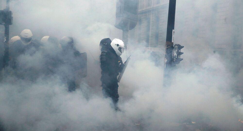 غاز مسيل للدموع من شرطة فرنسا