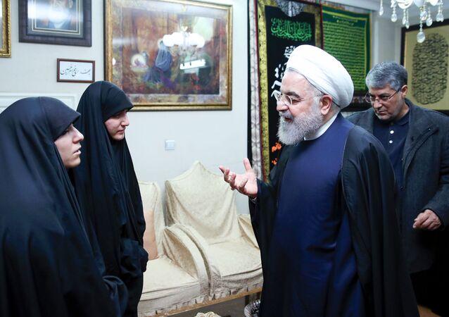 الرئيس الإيراني حسن روحاني في منزل قائد فيلق القدس الراحل قاسم سليماني