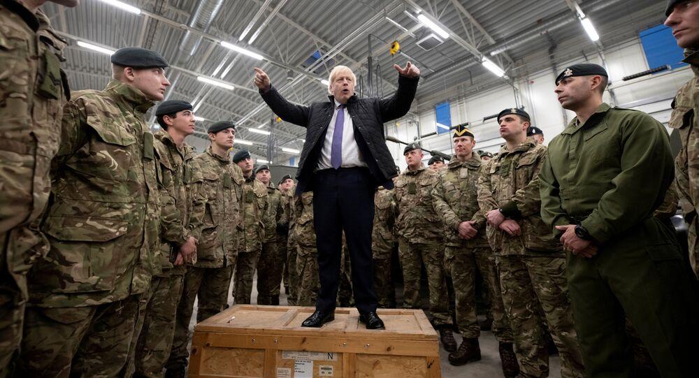 رئيس الوزراء البريطاني بوريس جونسون يتحدث خلال زيارة للقوات البريطانية المتمركزة في إستونيا