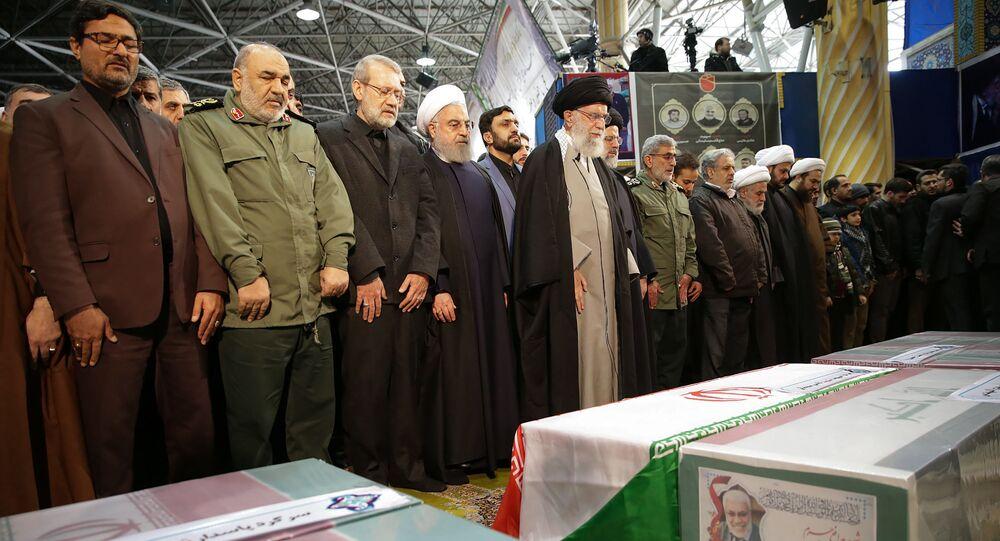 المرشد الإيراني آيه الله علي خامنئي يؤدي صلاة الجنازة على قائد فيلق القدس قاسم سليماني