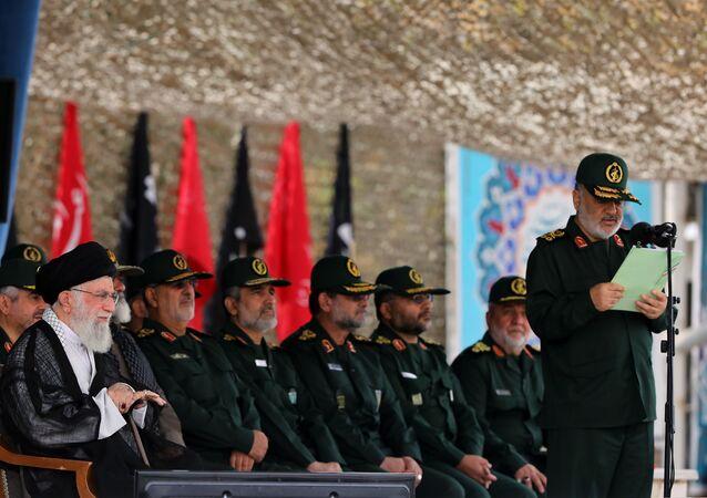 قائد الحرس الثوري الإيراني حسين سلامي خلال كلمته أمام المرشد الإيراني علي خامنئي وبعض القادة العسكريين