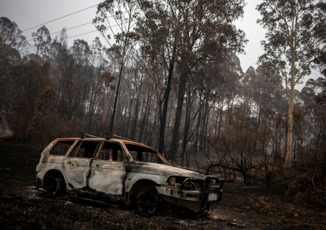 سيارة اشتعلت فيها نيران الحريق في قرية موغو، أستراليا 8 يناير 2020