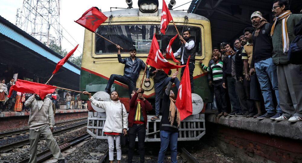 أنصار الحزب الشيوعي الهندي يوقفون قطار الركاب خلال الاحتجاجات المناهضة للحكومة، كلكوتا، الهند 8 يناير 2020