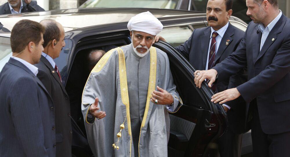 سلطان عمان، قابوس بن سعيد برفقة حرسه الشخصي لدى وصوله في حفل استقبال رسمي من الرئيس الإيراني محمود أحمدي نجاد، في طهران