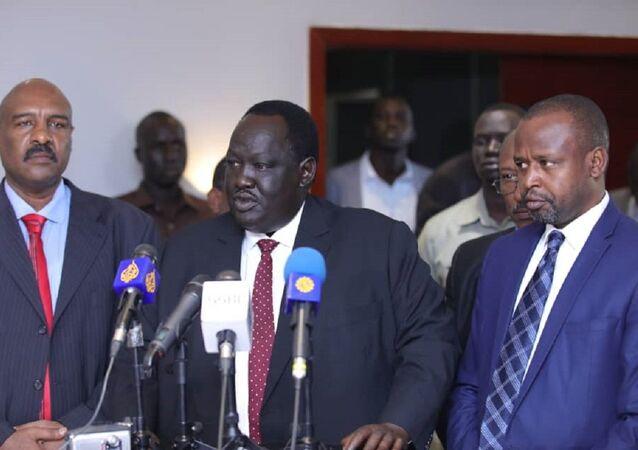 الهادي إدريس رئيس الجبهة الثورية السودانية المعارضة (يمينا) خلال مشاركته في مفاوضات جوبا