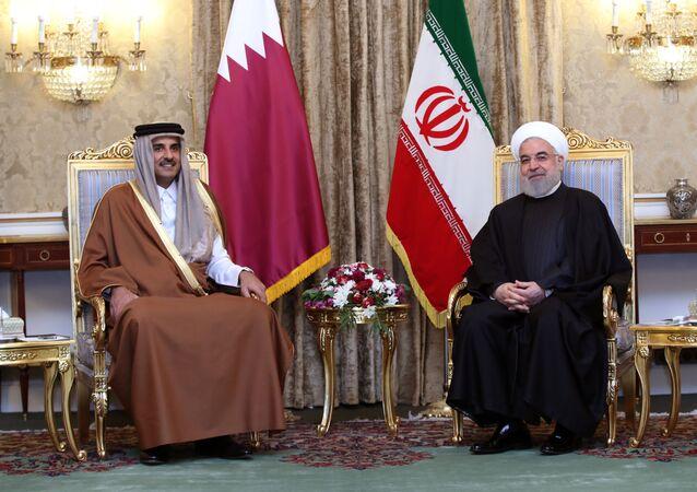 الرئيس الإيراني حسن روحاني مع أمير قطر الشيخ تميم بن حمد بن خليفة آل ثاني خلال حفل استقبال في طهران