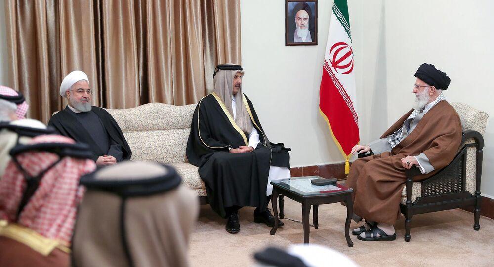 المرشد الأعلى الإيراني، علي خامنئي، يستقبل أمير قطر الشيخ تميم بن حمد آل ثاني والرئيس الإيراني حسن روحاني في طهران