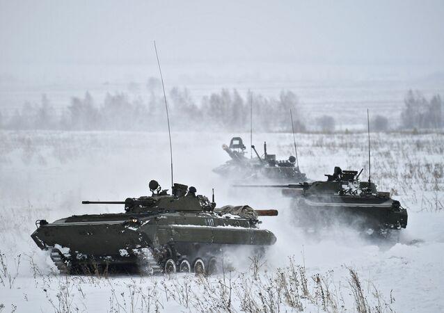 استخدام العربة المدرعة بي إم بي-2 في تدريبات التزلج للعسكريين الروس في منطقة كيميروفو