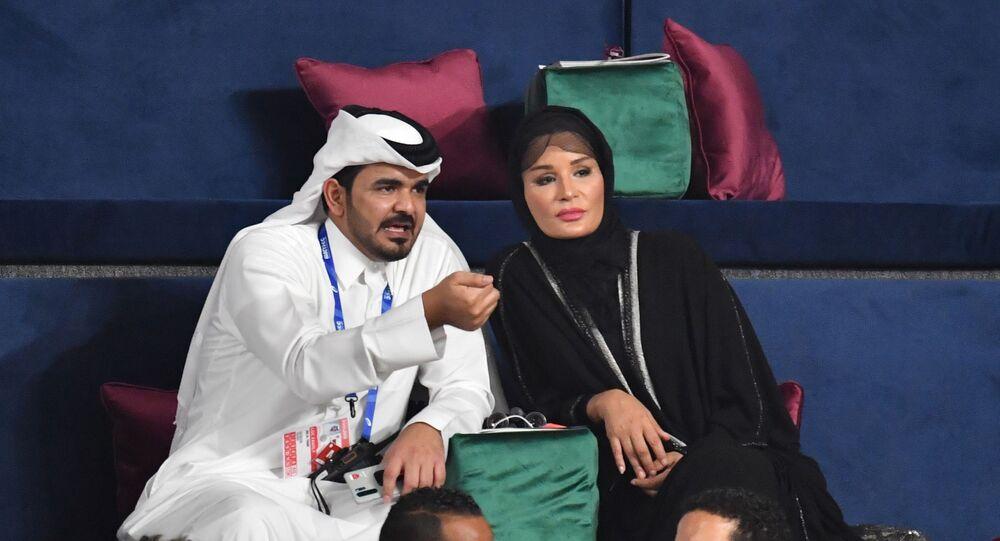 الشيخة موزة زوجة أمير قطر السابق حمد بن خليفة آل ثاني وابنها جوعان بن حمد آل ثاني شقيق أمير قطر الحالي الشيخ تميم بن حمد آل ثاني