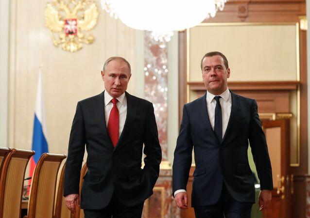 الرئيس الروسي فلاديمير بوتين ورئيس حزب روسيا الموحدة دميتري ميدفيديف