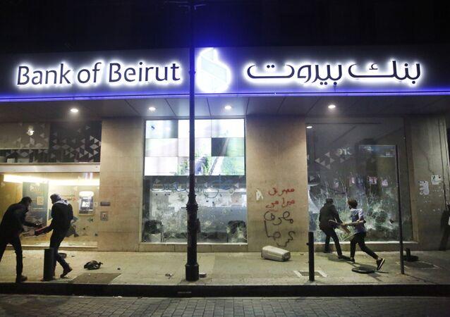 مصارف لبنانية في شوارع بيروت بعد الاحتجاجات