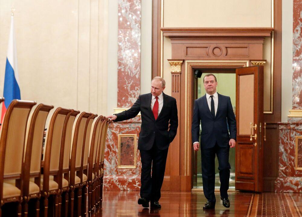 الرئيس الروسي فلاديمير بوتين ورئيس الحكومة الروسية دميتري ميدفيديف قبل اللقاء مع أعضاء الحكومة الروسية واستقالة الحكومة، 15 يناير 2020