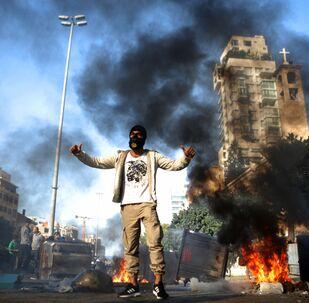 أحد المشاركين في احتجاجات مناضهة للحكومة اللبنانية في بيروت، لبنان 14 يناير 2020