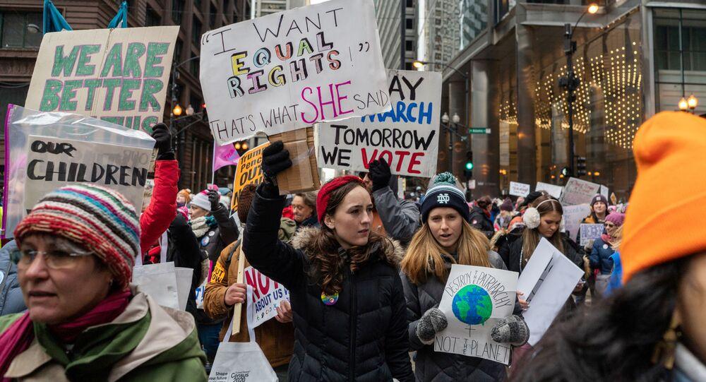 نساء يتظاهرن ضد الرئيس الأمريكي دونالد ترامب في مدينة شيكاغو بولاية إلينوي، 18 يناير/ كانون الثاني 2020
