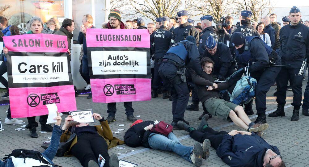 اعتقال مطالبين بمكافحة تغير المناخ في معرض للسيارات ببروكسل