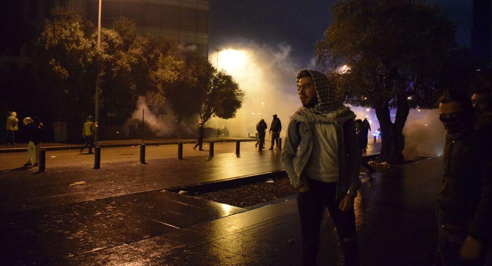 الاشتباكات وسط بيروت بين المحتجين وقوات مكافحة الشغب أمام البرلمان اللبناني، لبنان 19 يناير 2020