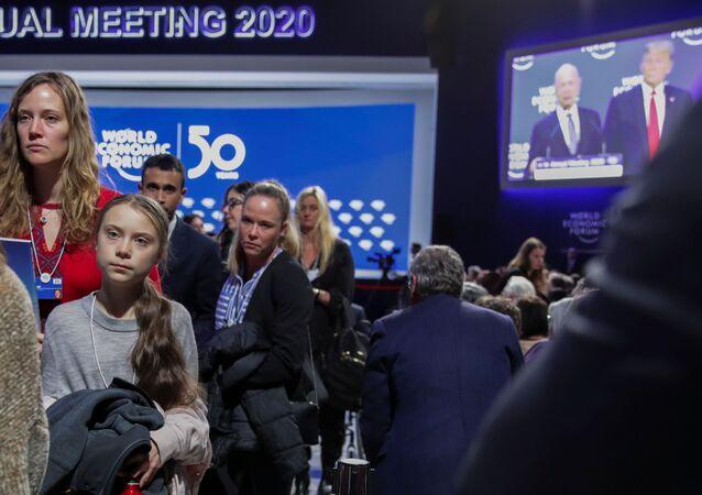 ناشطة المناخ السويدية غريتا تونبرغ تغادر في ختام خطاب الرئيس الأمريكي دونالد ترامب في منتدى دافوس الاقتصادي العالمي، سويسرا، 21 يناير/ كانون الثاني 2020