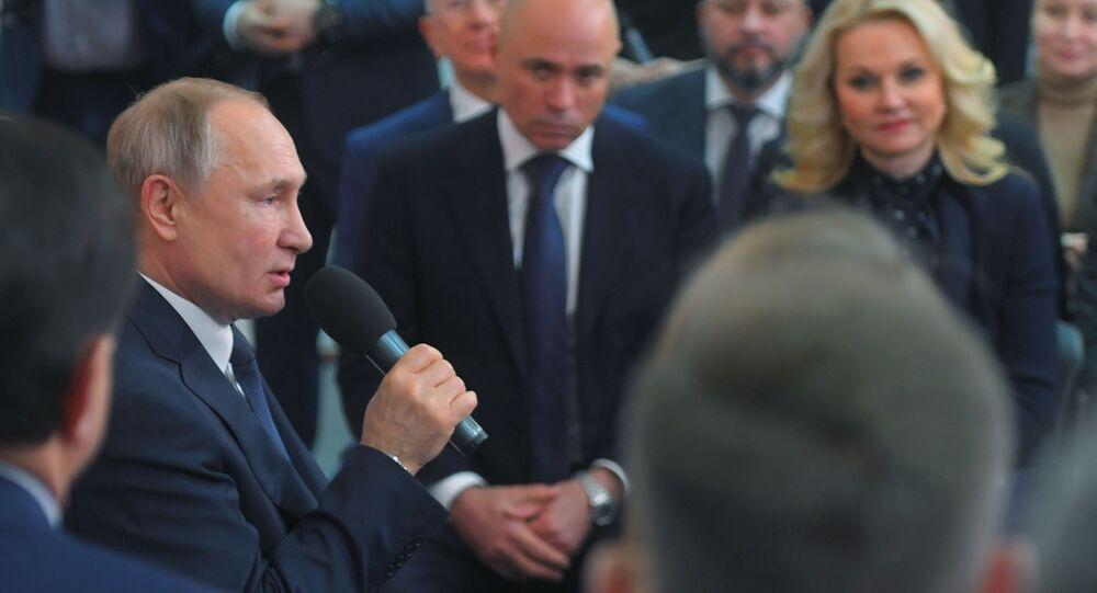 الرئيس الروسي فلاديمير بوتين خلال اجتماعه مع ممثلين عن المجتمع