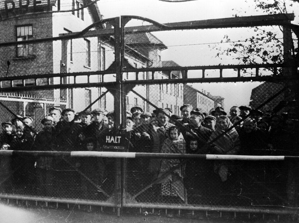 سجناء معسكر أوشفيتز قبل تحرير المعسكر من قبل الجيش السوفيتي