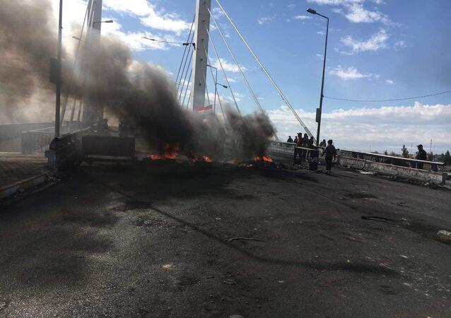 محتجون يحرقون مقر حزبي عسكري جنوبي العراق