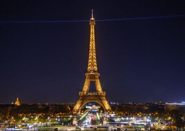 برج إيفل في باريس، فرنسا - عندما يضيء برج إيفل في الليل، يتم تصنيفه على أنه تركيب فني، وبالتالي فهو محمي بموجب حقوق الطبع والنشر. هذا يعني أنه ليس من المفترض أن تنشر صورًا منه عبر الإنترنت، أو تقوم بتوزيعها تجاريًا.
