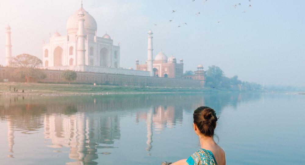 مشهد يطل على معبد تاج محل في نيودلهي، الهند